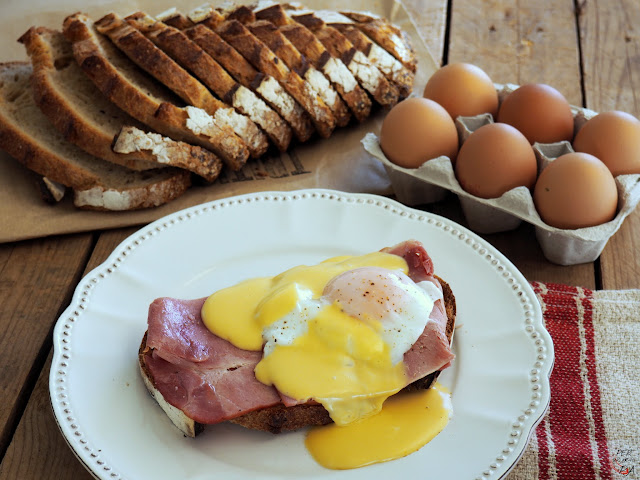Huevos Benedict: pan tostado, jamón asado, huevo escaldado y salsa holandesa