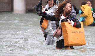 Πόλη κάτω από το νερό η Βενετία -Αδιανόητες εικόνες, το νερό στο ύψος των τραπεζιών