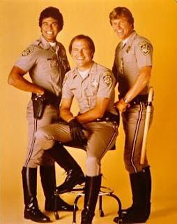 Imagen con los tres protagonistas principales de CHiPs: Erik Estrada, Robert Pine y Larry Wilcox,