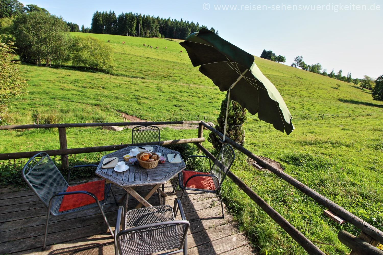 Frühstück auf der Terrasse, umgeben von Weiden im Schwarzwald