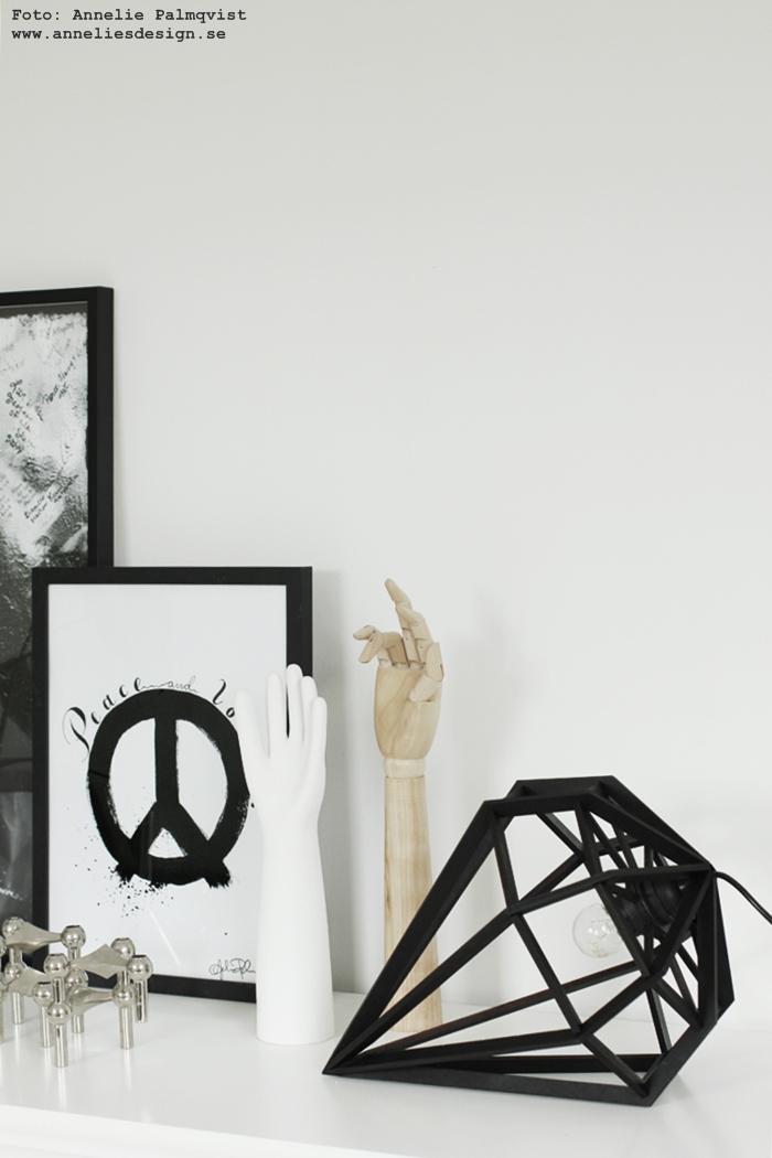 diamantlampa, diamant, diamanter, döden tvåfota design, lampa, lampor, svart och vitt, svartvit, svartvita, poster, psoters, tavla, tavlor, konsttryck, print, prints, peace, peacetavla, peacetavlor, oohh kruka, silver, nagel ljusstake, kaktus, minikaktus, mini kaktusar, ramar, ram, vit skänk, em möbler, annelies design, webbutik, webbutiker, webshop, inredning, vitt, vit vita, monstera,