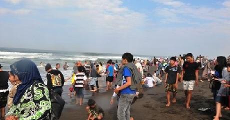 Libur Lebaran, Pantai Padang Kian Ramai Dikunjungi