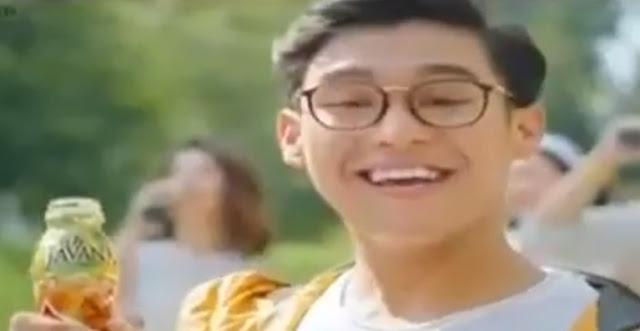 cowok kacamata iklan teh javana gula batu
