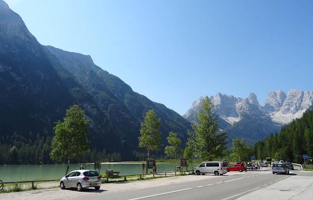 Dürrensee in Südtirol, Cristallomassiv, Parkplatz, Autos, Berghänge