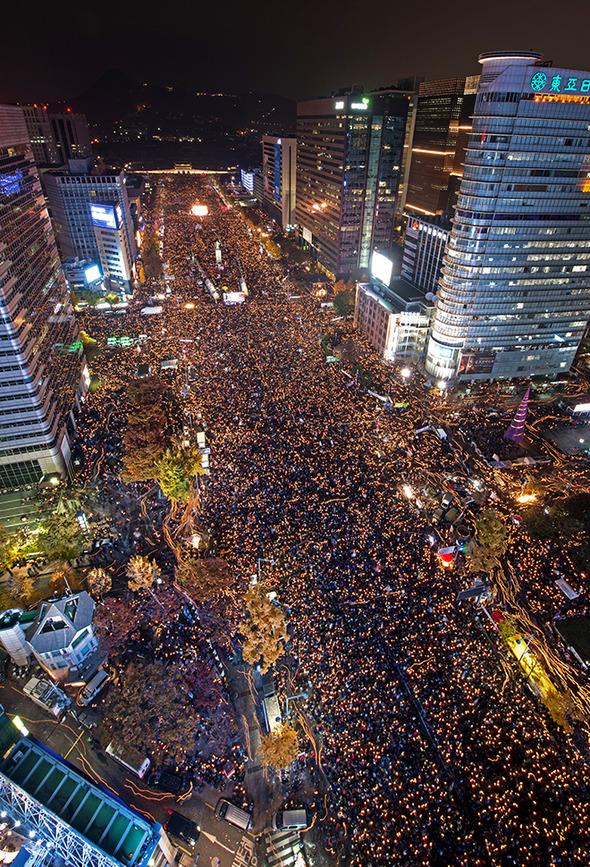 Gwanghwamun lleno de manifestantes pidiendo la dimisión de Park Geun-hye