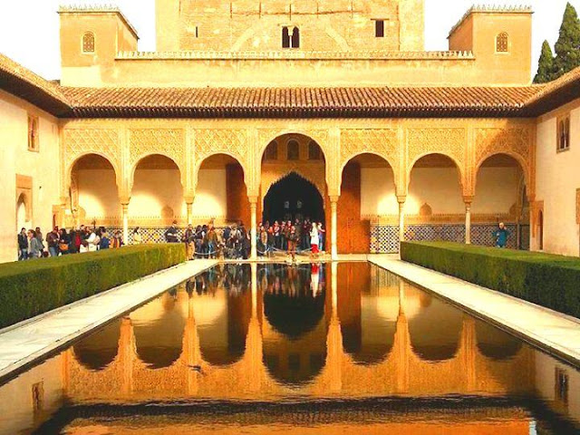 Patio de Los Arrayanes - La Alhambra