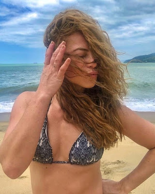 Paolla Oliveira posa com cabelos ao vento — Foto: Reprodução/Instagram