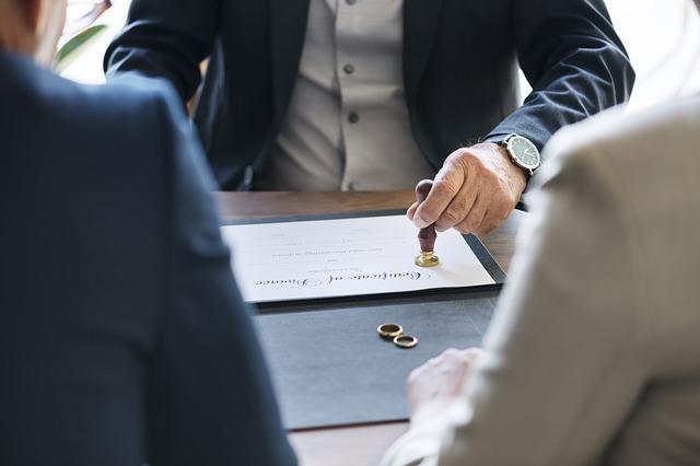¿En qué se diferencian el divorcio de mutuo acuerdo y el divorcio contencioso?