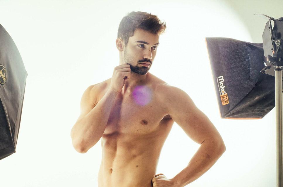 Kaio Juliani mostra barriga tanquinho em ensaio. Foto: Jonas Dias