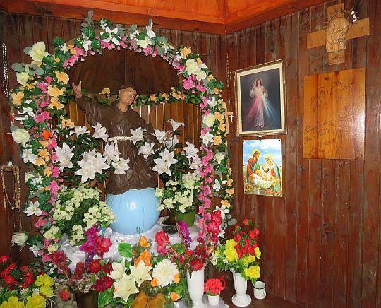 Figura św. Jana z Dukli w kaplicy.