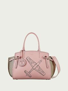 21422b7a64 Gita Bag con monogram e stampa aeroplano Deliziosa borsa in pelle con la  stampa di un aeroplano sul fronte. Perfetta per viaggiare con stile.
