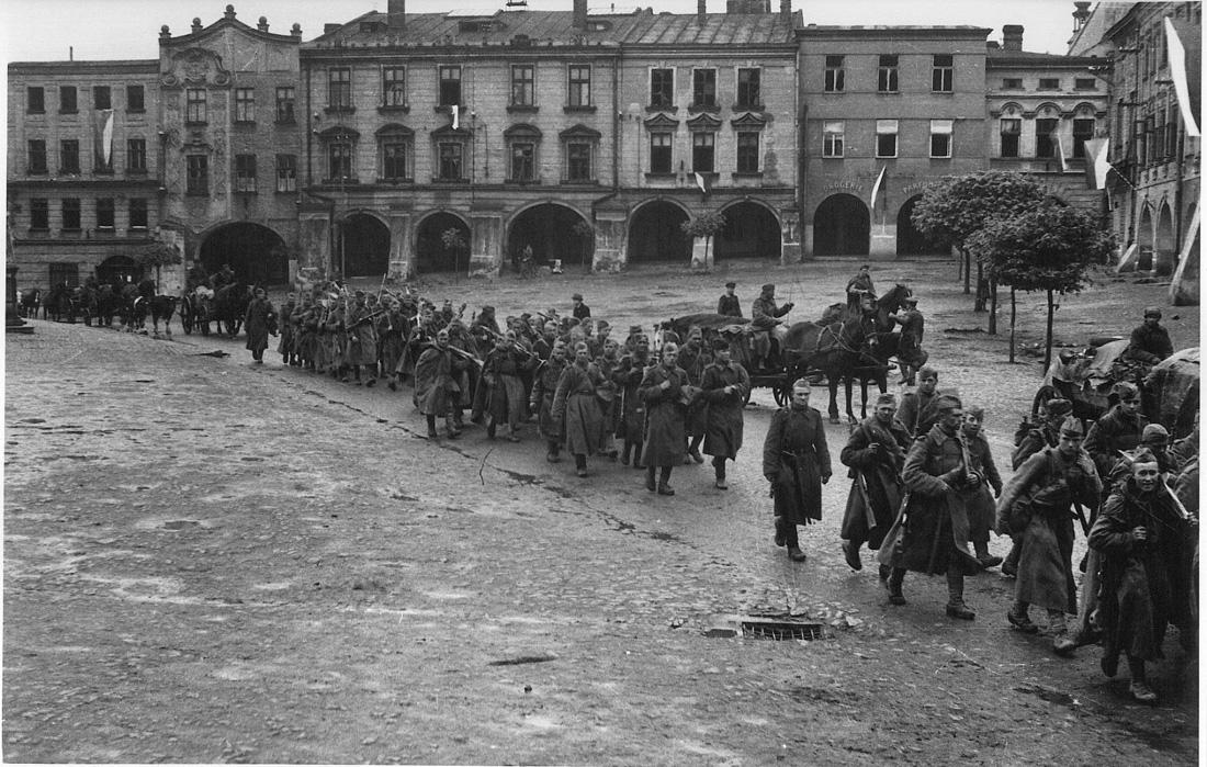 Прохождение колонны военнослужащих Красной Армии через Пршибор