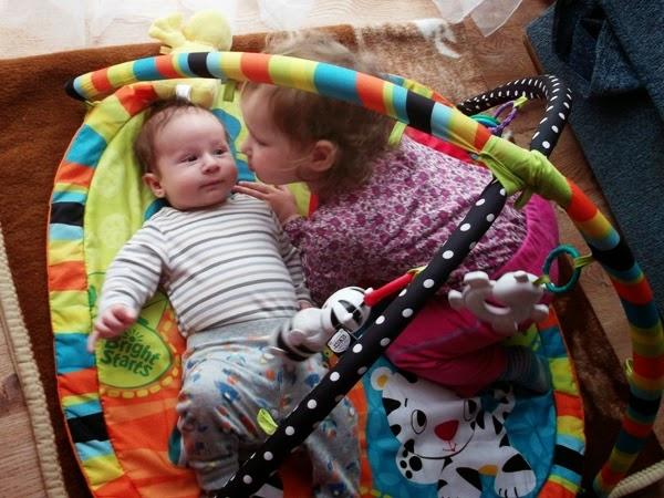 dzieci, rodzeństwo, wspólna zabawa, rok po roku, mata edukacyjna