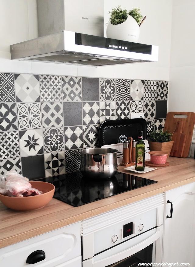 cocina blanca con hidraúlico y madera