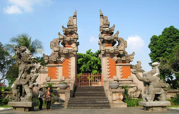 Rumah Gapura Candi Bentar, Rumat Adat Dari Bali