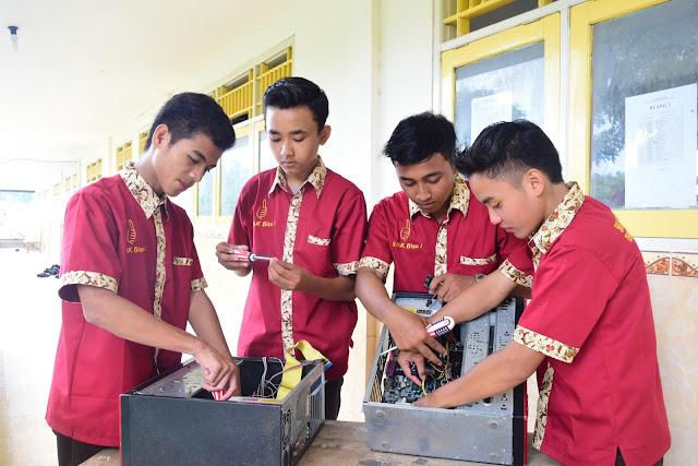 Jurusan Teknik Komputer dan Jaringan ( TKJ ) merupkan salah satu jurusan yang terdapat di Sekolah Menengah Kejuruan (SMK) Bustanul Ulum Tagangser Laok Kecamatan Waru Kabupaten Pamekasan. Jurusan TKJ di SMK Bustanul Ulum Waru mempelajari tentang seluk-beluk dunia komputer dan jaringan komputer