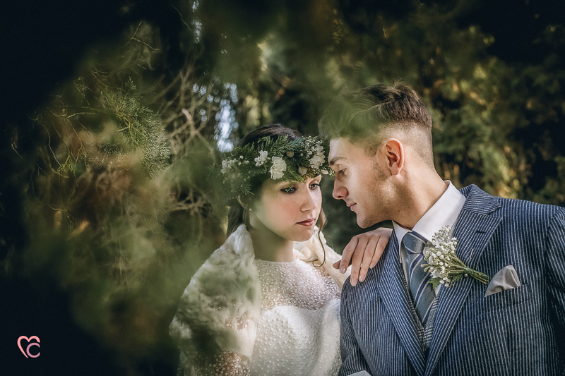 Winter elopement a Chieri,in italia,in un bosco di cipressi,bohobride