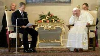 smešna slika: Džordž Buš čita knjigu papi