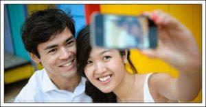 Pasangan Yang Suka Pamer Kemesraan di Media Sosial