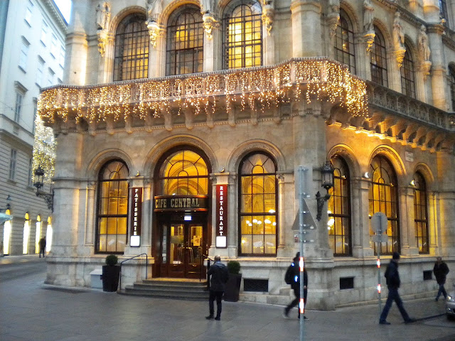 Mallaspulla matkailee Cafe Central Wien