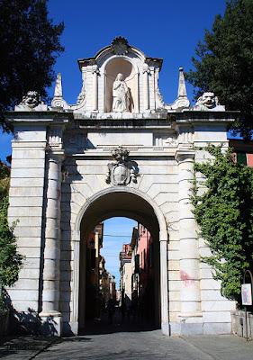 Jedna z bram w Sarzanie- Porta Romana
