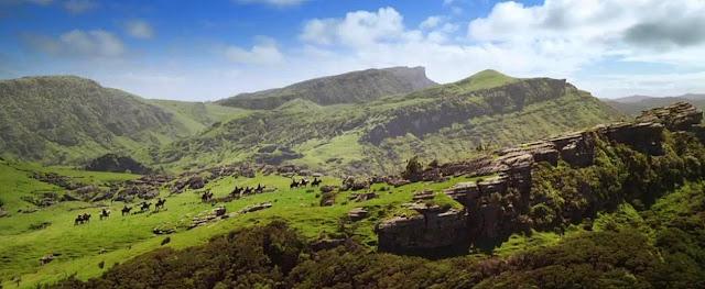 No Filme O Hobbit Outra Cena de Paisagem Espetacular - Landscape - com Formações Rochosas e Muito Verde