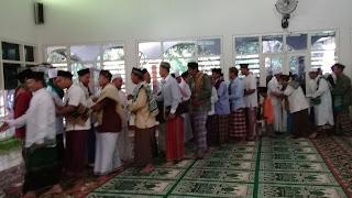 Salam-salaman idul fitri di masjid nurul falaq ujung jaya