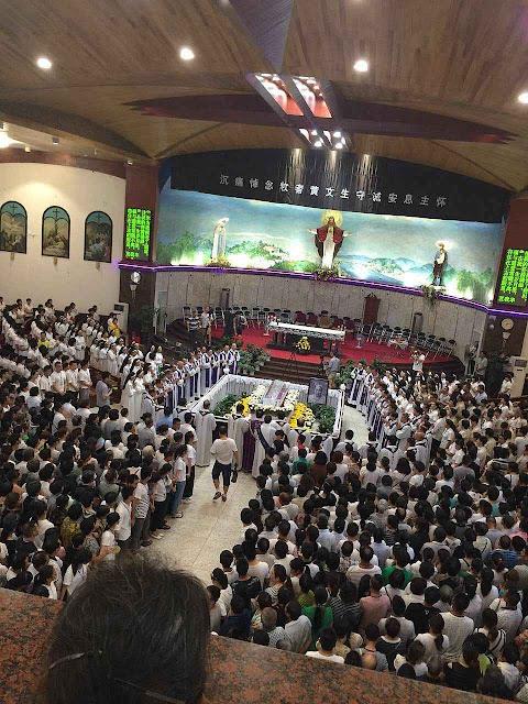 Velório de Mons Vincent Huang Shoucheng em sua catedral.