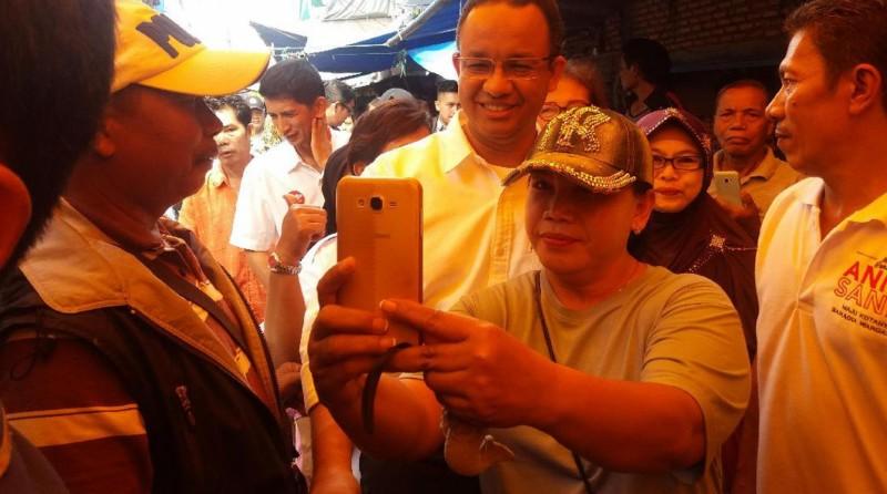 Anies selfie dengan warga di Pasar Bambu Kuning, Sunter Agung, Jakarta Utara