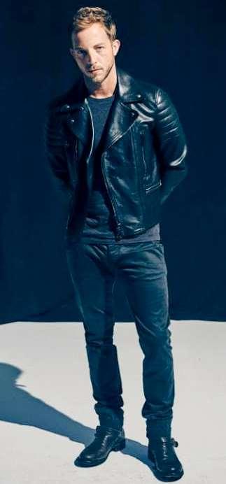 Foto de James Morrison posando parado