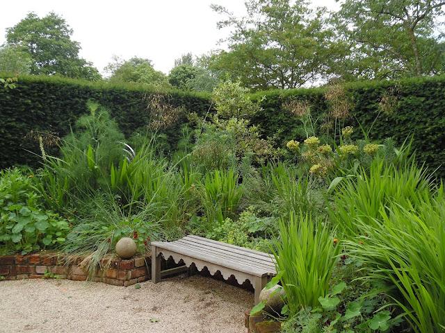 drewniana ławka w zakątku ogrodowym