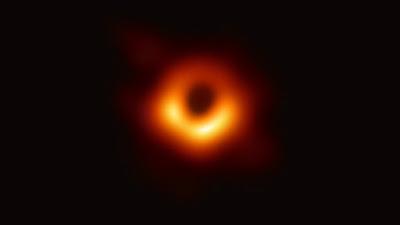 Obraz czarnej dziury i piwo na instagramie