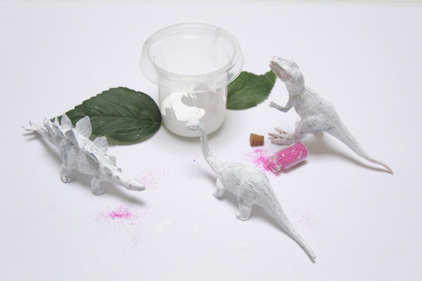Diy dinosaures paillettes pour le sapin ou pas for Peinture a paillette blanche