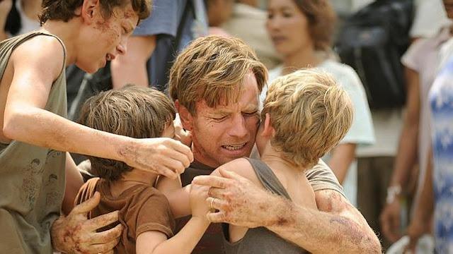 Fotograma de la película Lo imposible, con Ewa MacGregor abrazando a sus hijos en la ficción