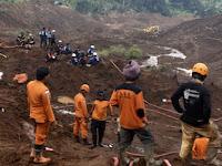 Pembersihan Material Longsor Ponorogo Menunggu Tanah Mengeras