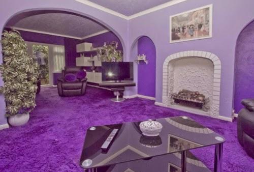 sala decorada con morado