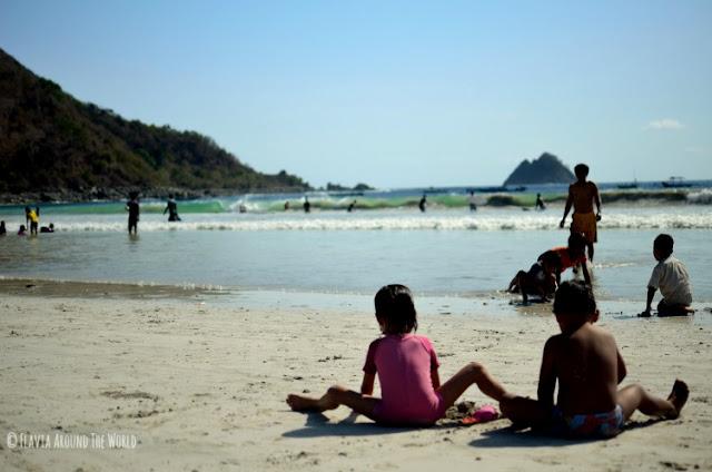 Niños jugando en la playa de Selong Belanak en Lombok, Indonesia