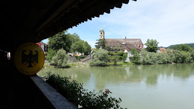 Blick von der Holzbrücke auf das Säckinger Fridolinsmünster