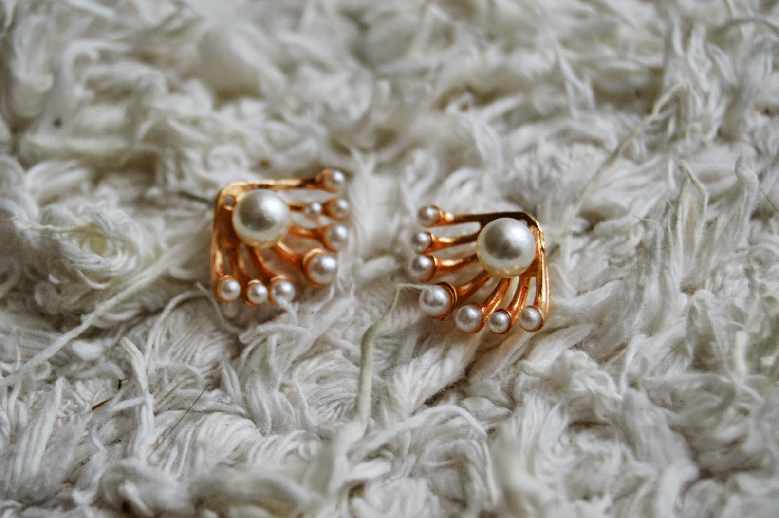 http://www.bornprettystore.com/palm-shaped-studs-gorgeous-pearl-earrings-p-15982.html