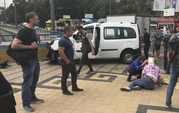 ДТП у Києві: авто влетіло в пішоходів, є жертви