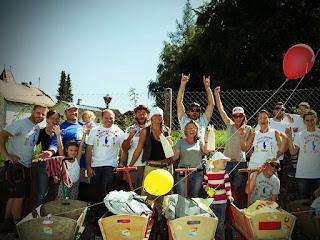 Freiwillige machen das Ammerseeufer sauber.