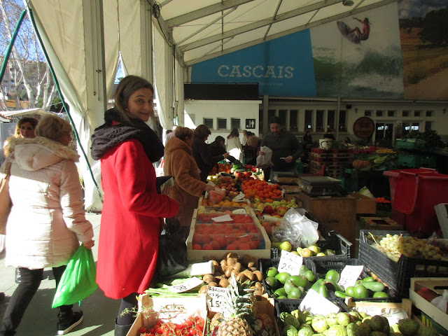 Cláudia Silva Mataloto, da Fruta da Época, no mercado de Cascais