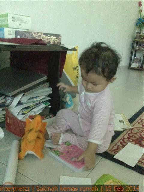 Gambar Sakinah sedang mengemas rumah