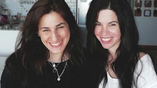 «Που πάει ο έρωτας όταν χάνεται; Στα τσακίδια»: Το θηλυκό δίδυμο της πόλης με το πιο δυνατό χιούμορ