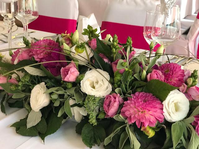 Blumengestecke Pink travel themed wedding - Reise ins Glück Hochzeitsmotto im Riessersee Hotel Garmisch-Partenkirchen, Bayern Sommerhochzeit im Seehaus in den Bergen, Hochzeitsplanerin Uschi Glas