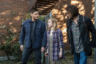 "Jensen Ackles as Dean Winchester, Magda Apanowicz as Sandy and Jared Padalecki as Sam Winchester in Supernatural 13x17 ""The Thing"""