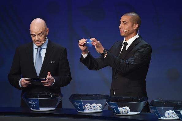 Cựu Tổng thư ký Gianni Infantino và cựu danh thủ David Trezequet trong lễ bốc thăm chia bảng VCK EURO 2016
