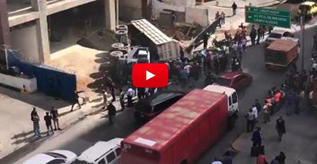 Camión de arena cayó sobre un vehículo en El Rosal matando a un hombre e hiriendo a una mujer