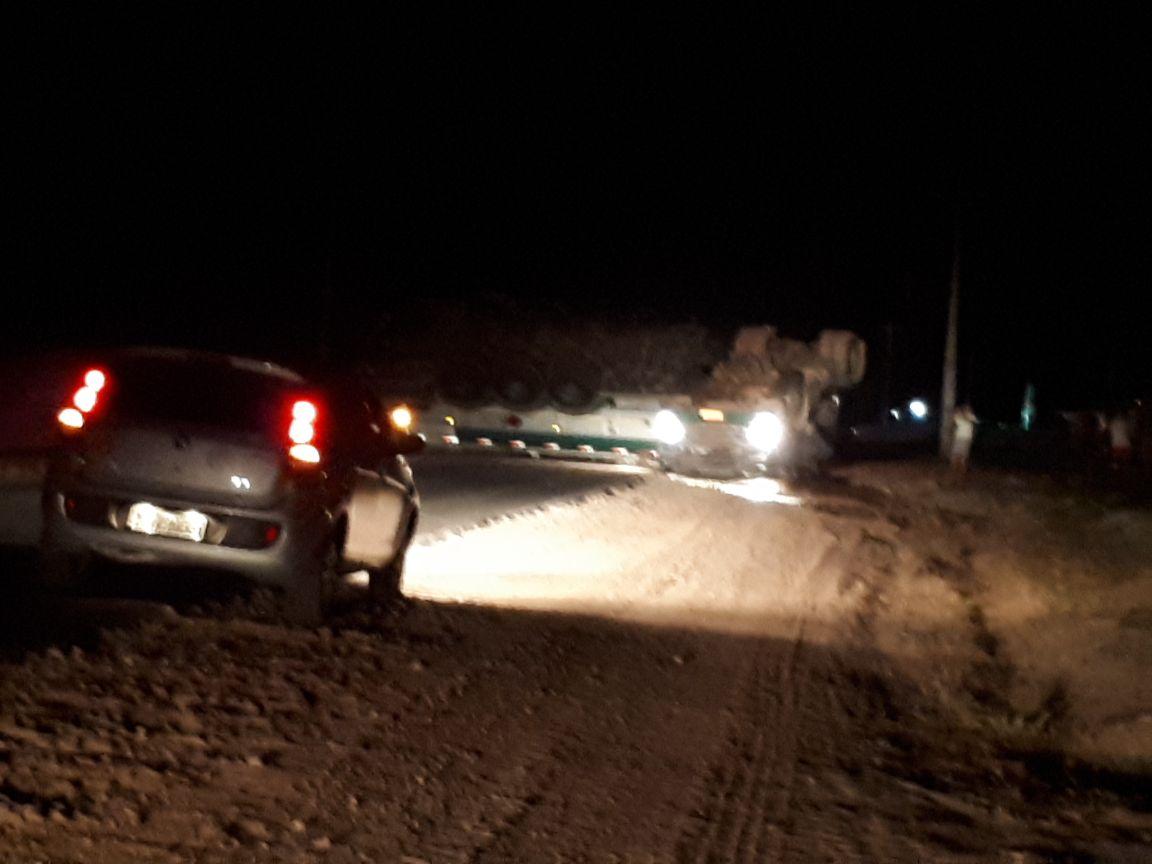 Urgente: Caminhão Tanque de Combustível tomba próximo à Agro Regional em Anapurus