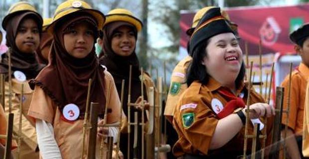 Berdasarkan Undang-Undang Republik Indonesia Nomor 20 Tahun 2003, tentang sistem pendidikan nasional, Pendidikan adalah usaha sadar dan terencana untuk mewujudkan suasana belajar dan pembelajaran agar peserta didik secara aktif mengebangkan potensi keagamaan, pengendalian diri, kepribadian, kecerdasan, akhlak mulia, serta keterampilan yang diperlukan dirinya, masyarakat, bangsa dan negara.  Inklusi adalah praktek yang mendidik semua siswa, termasuk yang mengalami hambatan yang parah ataupun majemuk, di sekolah-sekolah reguler yang biasanya dimasuki anak-anak non berkebutuhan khusus (Ormrod,2008).